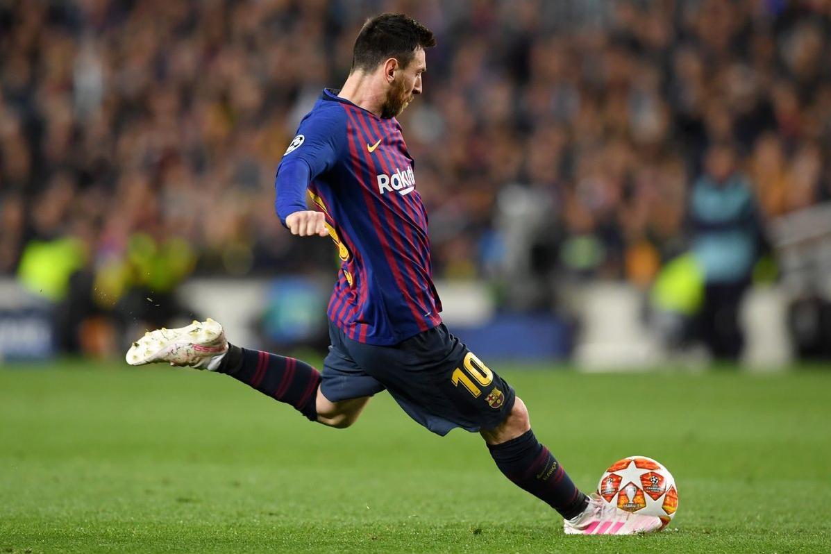 Лионель Месси бьет штрафной, ФК Барселона