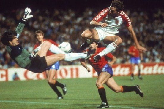 Луис Арконада (слева) спасает ворота испанцев во время полуфинала против Дании