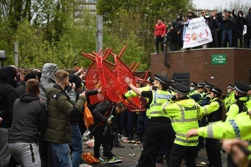 Народный гнев на «Олд Траффорд». Фанаты устроили драку с полицией и сорвали игру МЮ с «Ливерпулем»