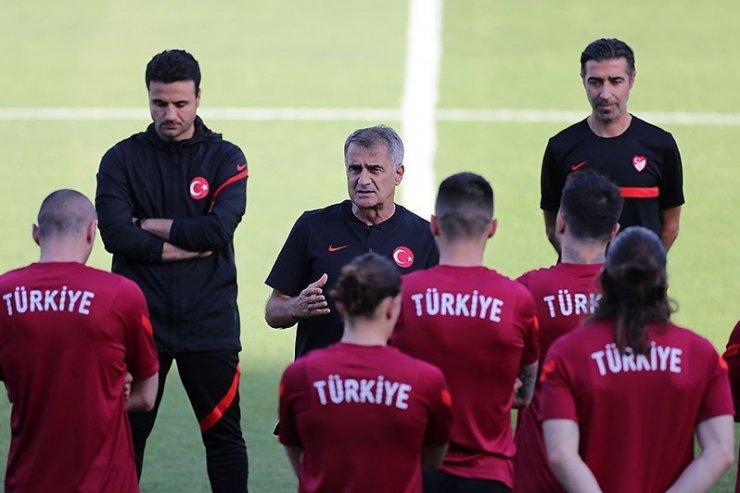 Тренеры и игроки сборной Турции