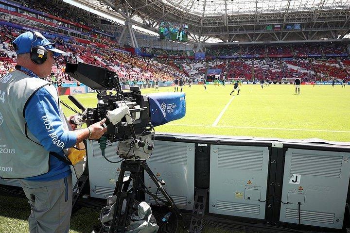 Оператор у футбольного поля