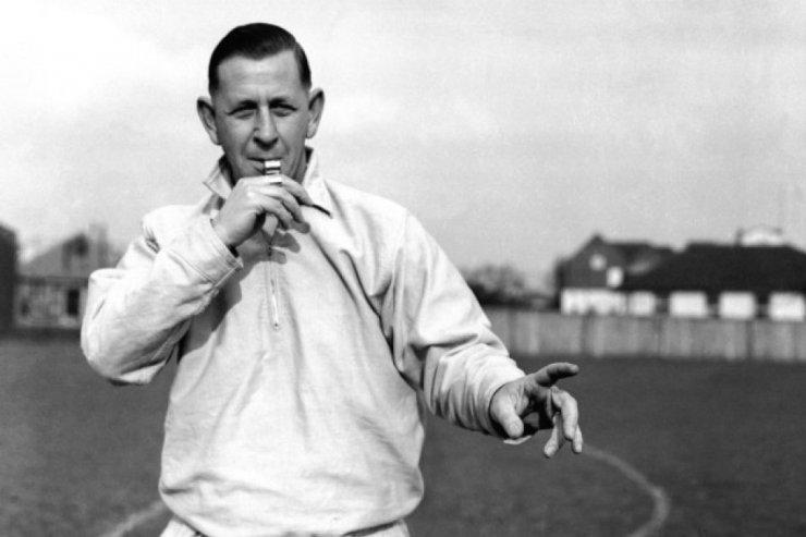 Узнайте, кто изобрёл карточки в футболе. История о трибунале и светофоре