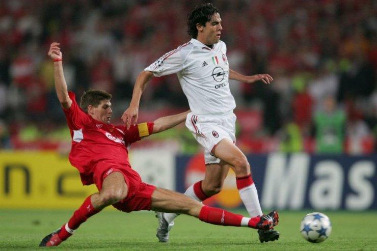 Игрок «Ливерпуля» Стивен Джеррард против футболиста «Милана» Кака