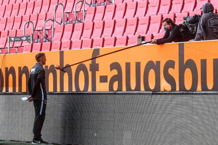 Тренер «Аугсбурга» даёт послематчевое интервью