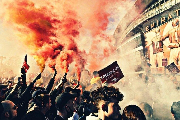 Фанаты «Арсенала» вышли на массовые протесты. Клуб хочет купить эксцентричный швед