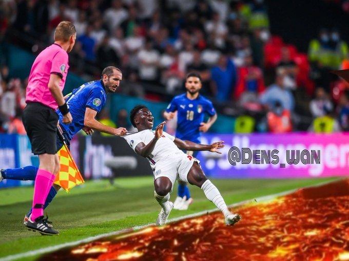 130 тысяч человек просят переиграть финал Евро. Всё из-за великого эпизода с Кьеллини и Сака