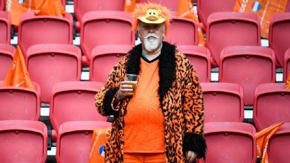 От гигантского Пикачу до черепашек-ниндзя. Самые безумные костюмы фанатов на Евро-2020