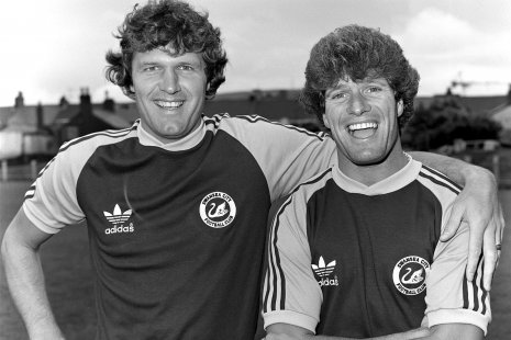 Джон Тошак (слева) вместе со своим товарищем по команде Филом Бурсма (справа)