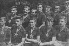 Владимир Веневцев (крайний справа в нижнем ряду)